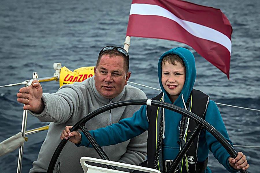 Иван Нефёдов за штурвалом морской крейсерской яхты
