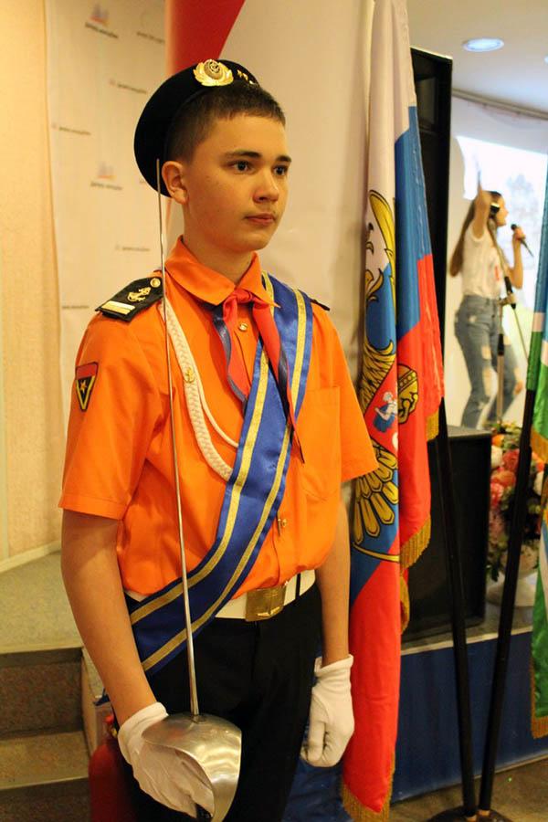 Ассистент знамённой группы Костя Коноплёв на посту у знамён