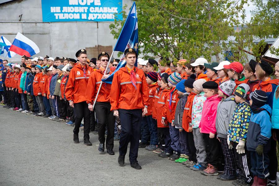 Гвардейцы отряда выносят флаг Морской школы