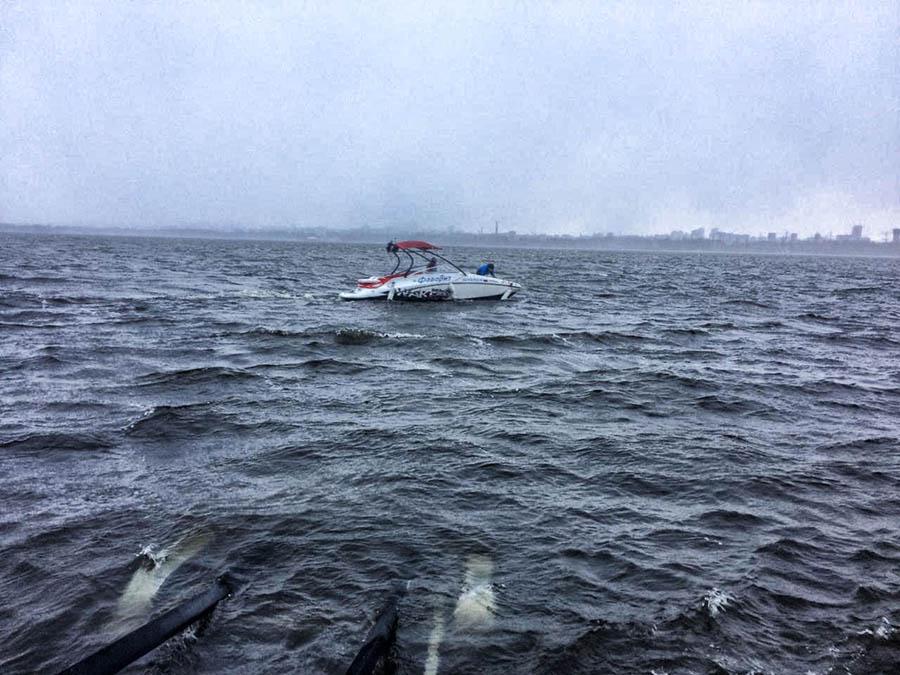 Финальный (успешный) заход на прицеп… Сева на носу промок до нитки, поймав «дельфинчика» на очередной высокой волне