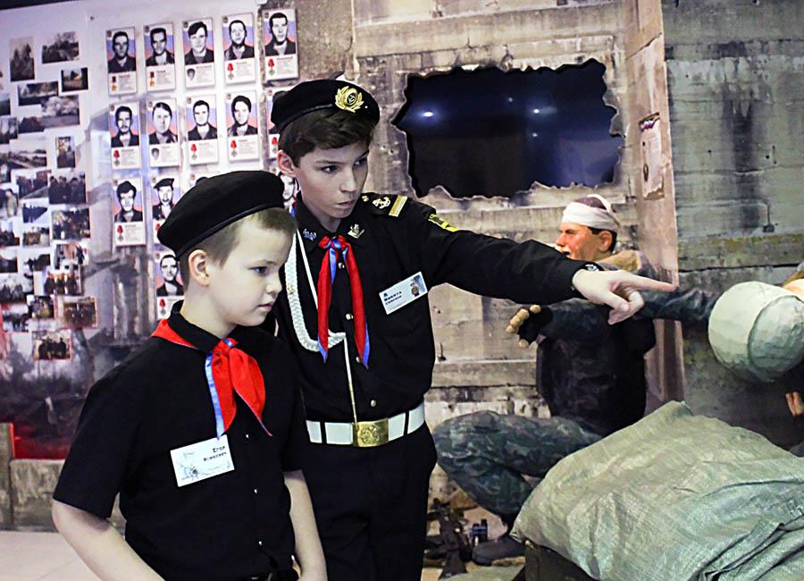 В отряде командир всегда поможет младшему по возрасту или званию...
