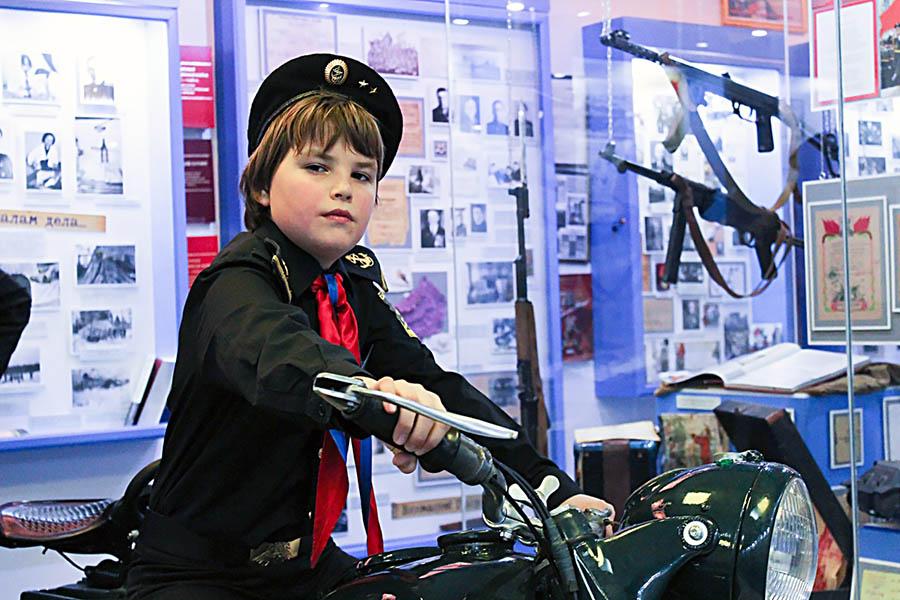 Матвей Ваулин за рулём милицейского мотоцикла