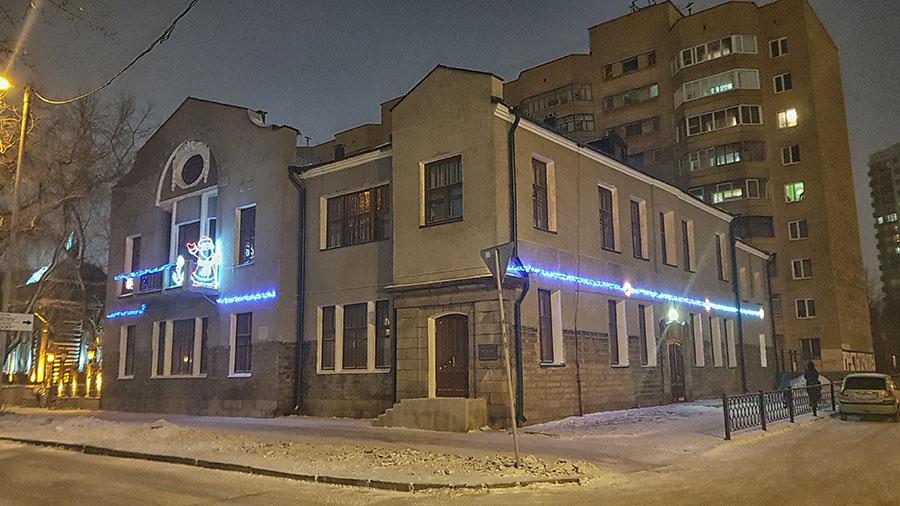 Фасад нового штаба отряда украшен новогодними гирляндами и светящимися Дедом Морозом и якорем