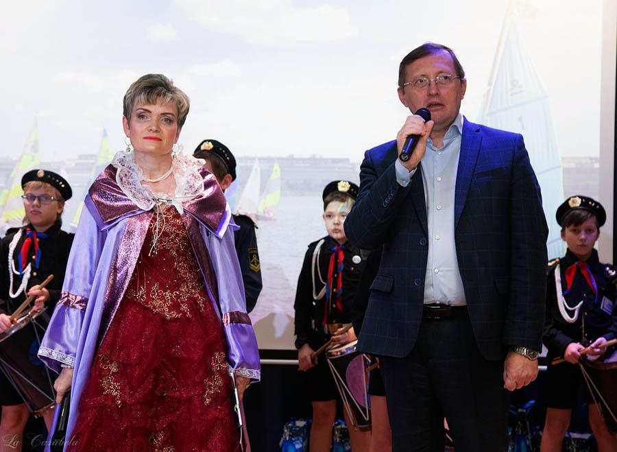 Командор Лариса Крапивина и заместитель губернатора Свердловской области Павел Креков начинают награждение семей