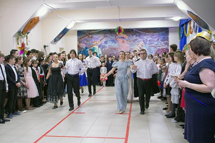 Бал открыл Его Величество Полонез в исполнении инструкторов