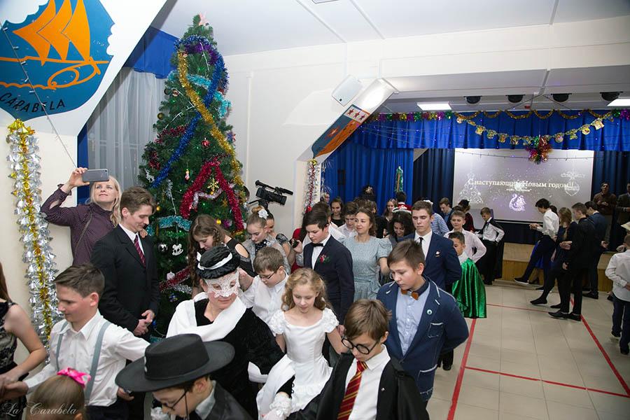 Гости заходят в зал торжественно и чинно – парами или целыми семьями