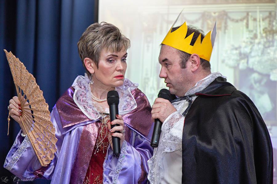 Король (Всеволод Доможиров) и Королева (Лариса Крапивина) обсуждают благоустройство нового дворца