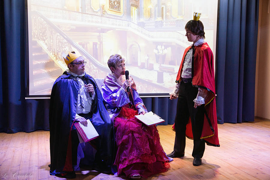 Печалит королевскую чету только наследник престола – молодой принц Грей (Дмитрий Василика)