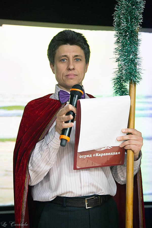Церемониймейстера (Дмитрий Феклистов) объявляет для всеобщего умиротворения танец «Падеграс»