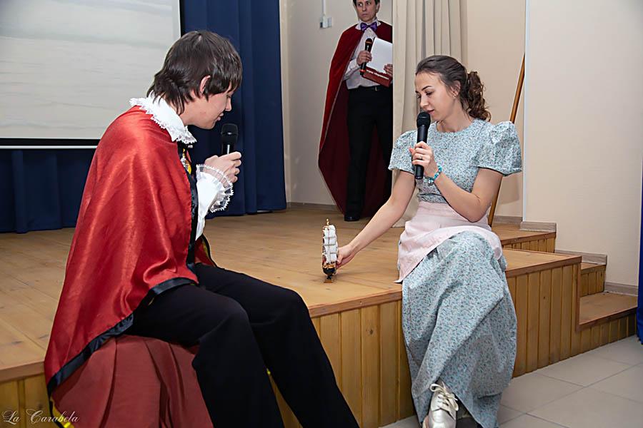 Грей встречает Ассоль (Дарья Габдулганиева), которая обладает волшебной моделью парусного корабля