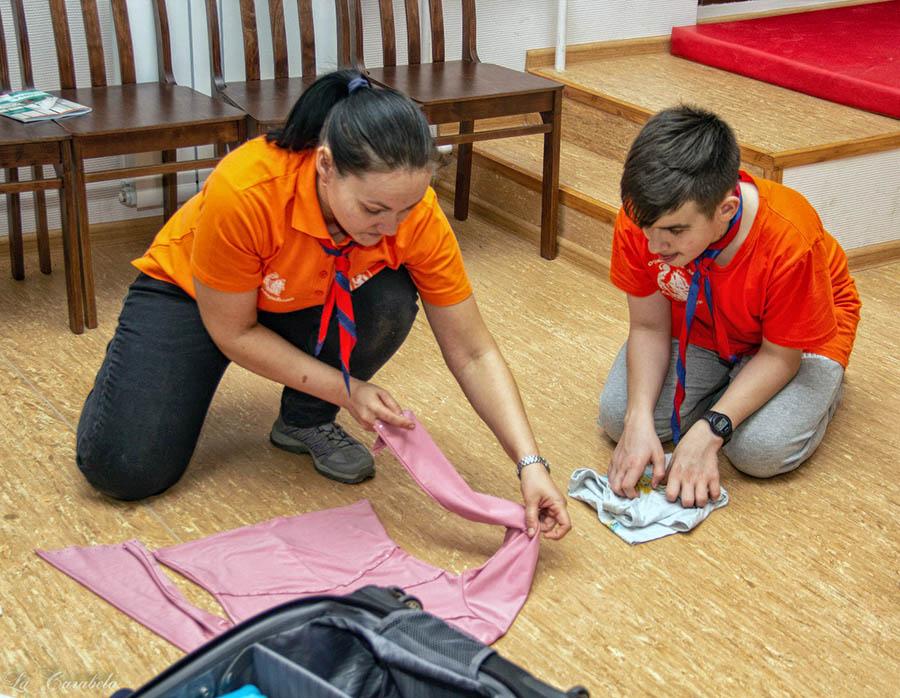 Маша Доможирова учит ребят сворачивать вещи аккуратно и за 3 секунды