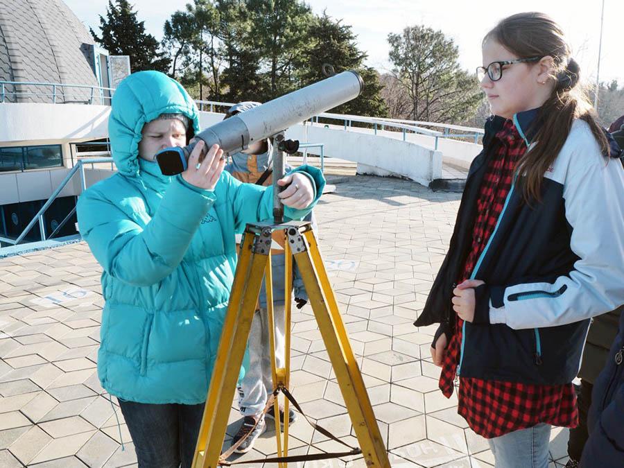Яна Свердлова осваивает телескоп и морскую навигацию