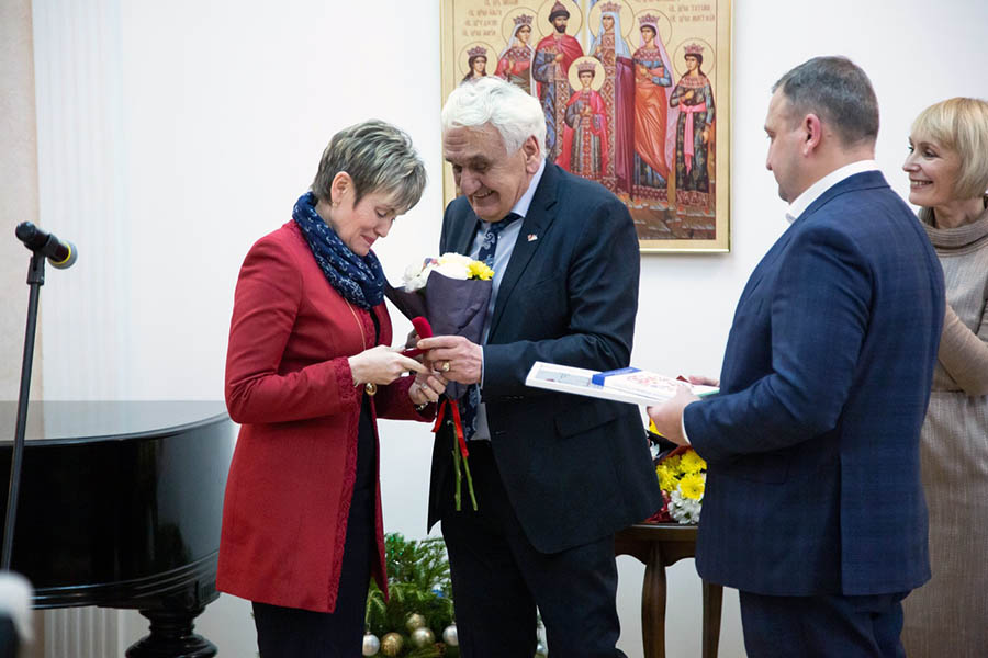 Лариса Крапивина получает заслуженную награду
