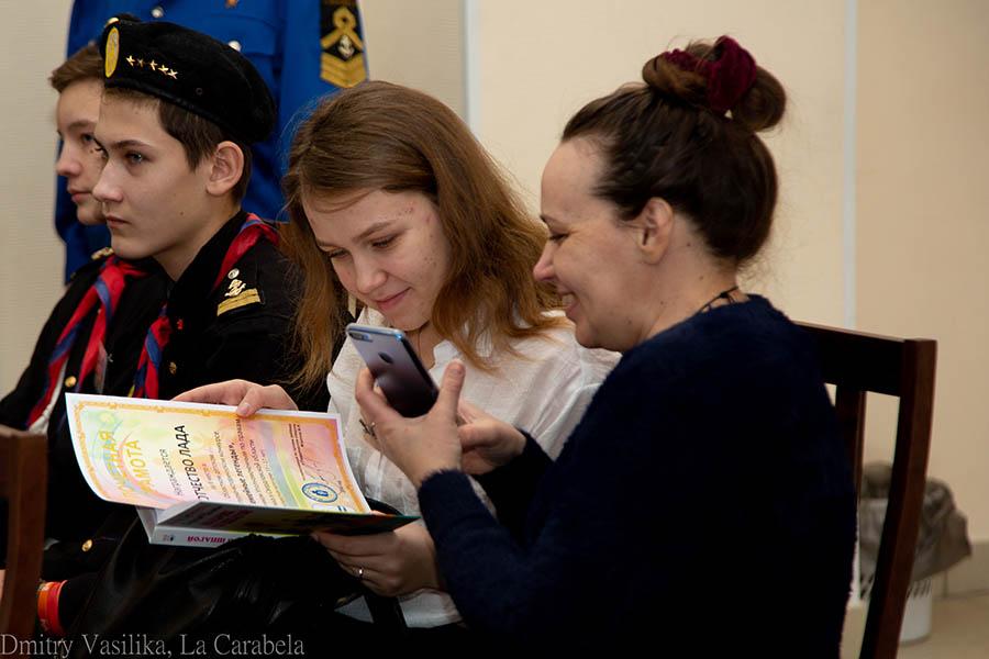 Победили конкурса сразу принимаются читать пожелания Владислава Крапивина на книгах