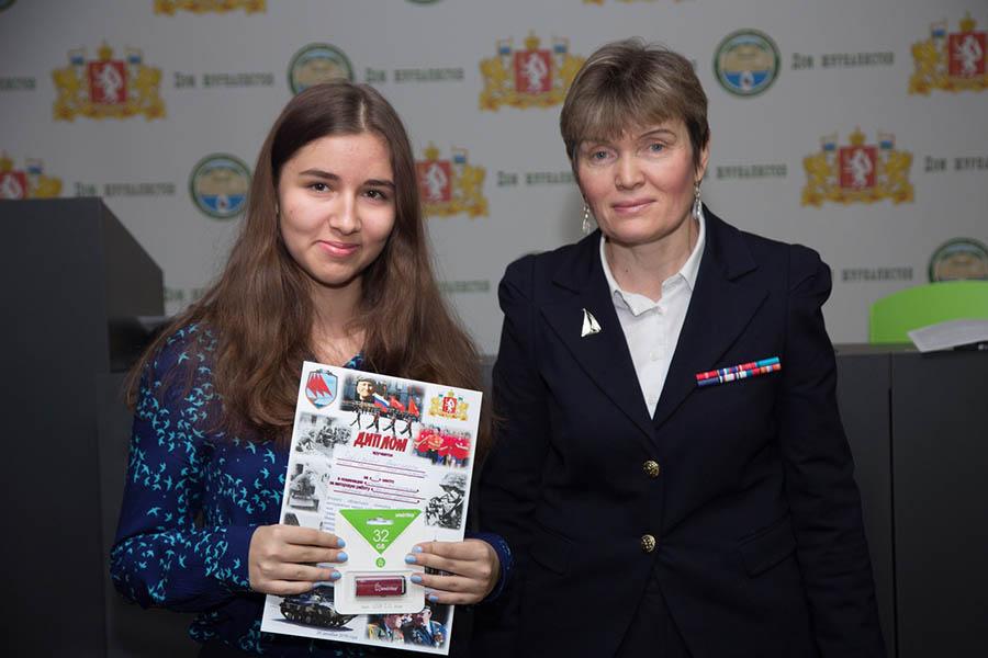 Командор отряда Лариса Крапивина награждает победителей 2017 года