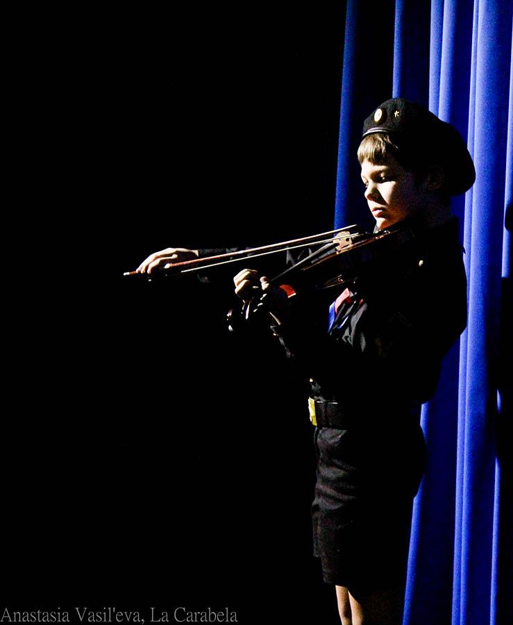 Артём Мандрин - матрос отряда исполнил небольшую увертюру на скрипке