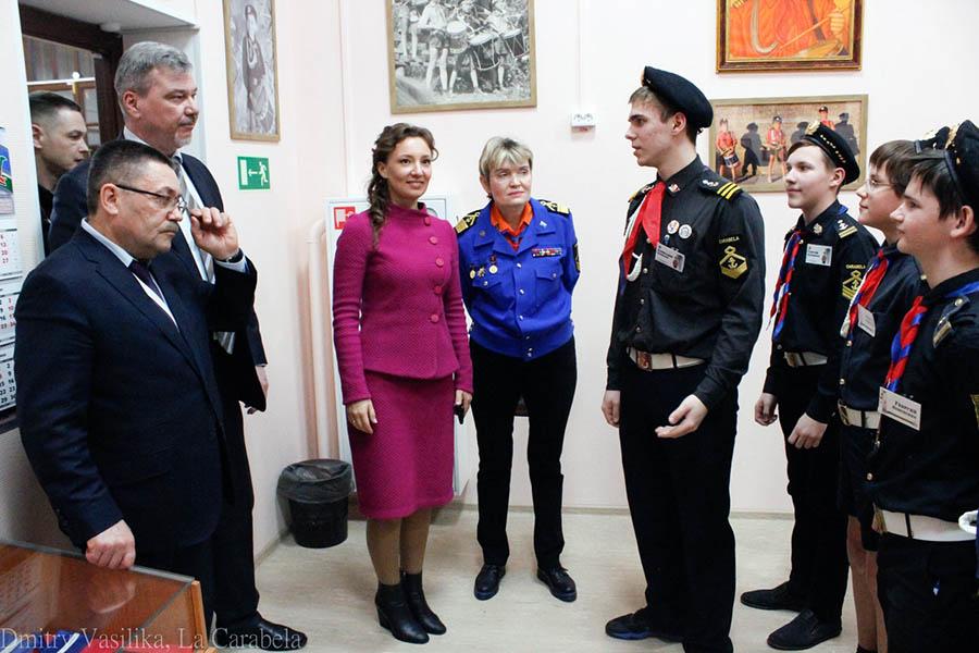 Команда гвардейцев встречают уполномоченного при Президенте РФ по правам ребёнка