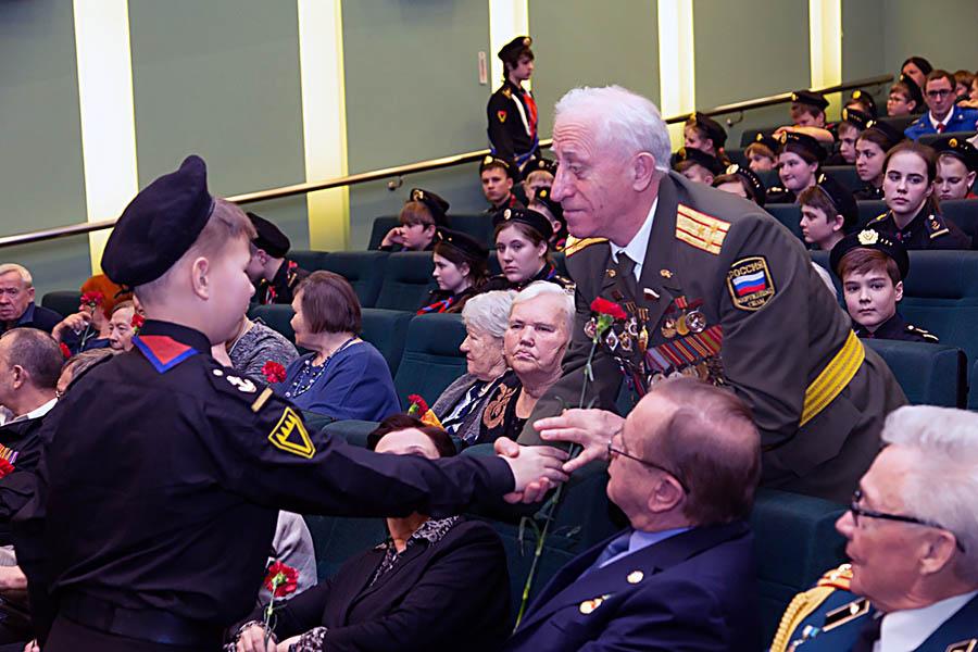 Каравелльцы вручили ветеранам «фронтовые» гвоздики в честь годовщины УДТК