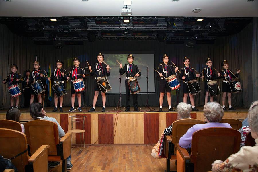 Барабанщики отряда традиционно открывают конкурс патриотической песни звуками Марш-Атаки
