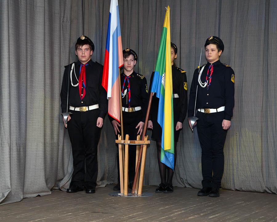 Знамённая группа отряда «Каравелла» на сцене у флагов