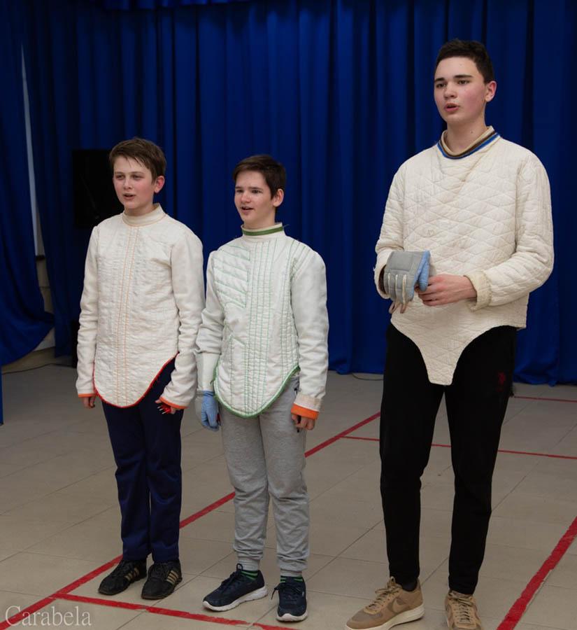 Справа на фехтовальной дорожке команда «Чемпионы»