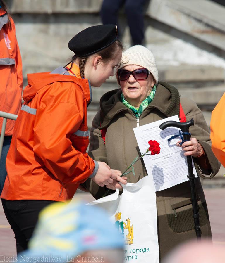 Волонтёры отряда помогают ветеранам...