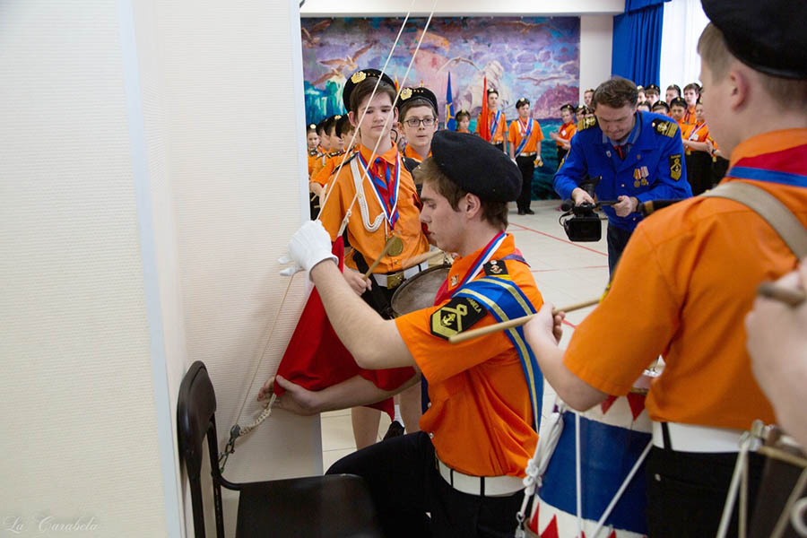 Победитель турнира в старшей группе традиционно спускает флаг