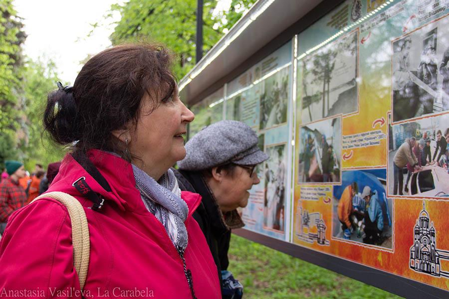Гости выставки с большим интересом рассматривают уникальные исторические снимки