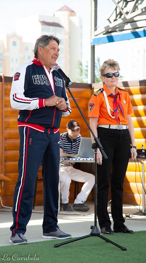 Председатель Федерации парусного спорта Свердловской области Юрий Крюченков приветствует яхтсменов-участников Дня паруса