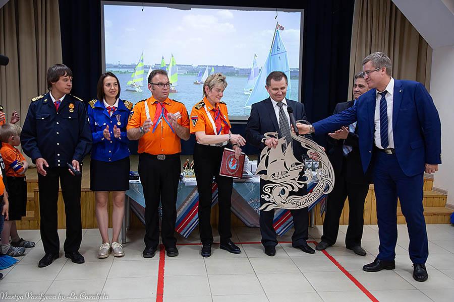 Гендиректор Центра лазерных технологий Анатолий Сухов вручил каравелльцам логотип отряда из нержавеющей стали