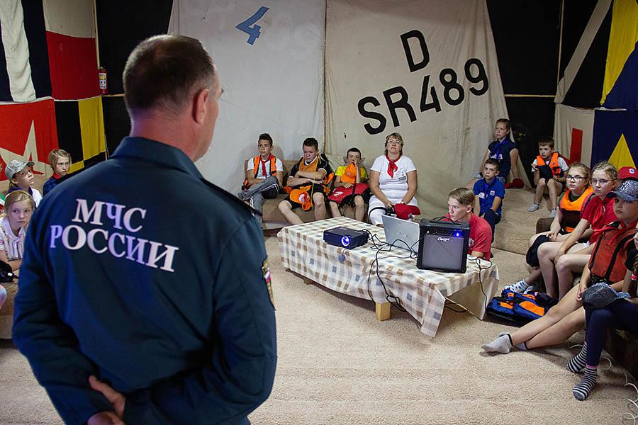 Инспектор ГИМС Сергей Кабаков инструктирует участников сборов перед выходами на воду