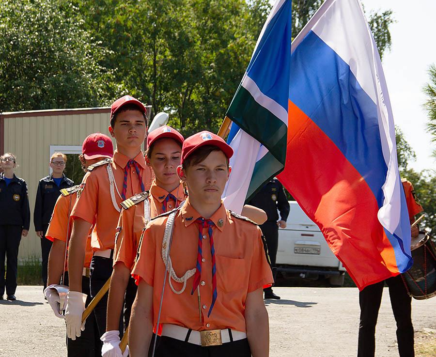 Егор Доможиров, командир знамённой группы возглавляет колонну знаменосцев