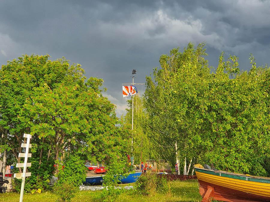 Флаги помогают яхтсменам понимать ветер...