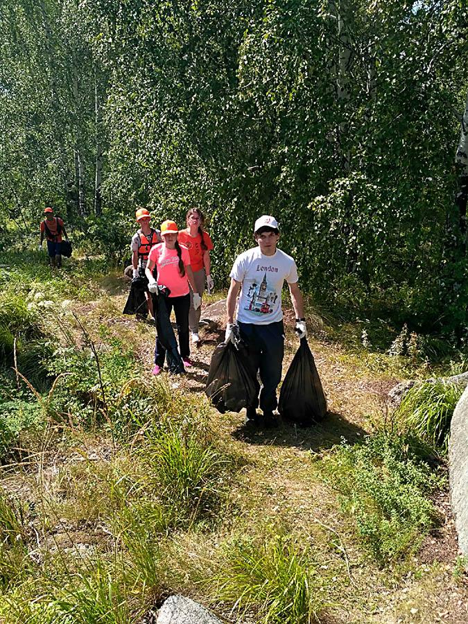 Ребята, как челноки, выносили мусор из леса