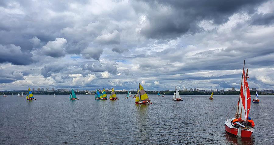 Слабый ветер - испытание для больших лодок в гонке