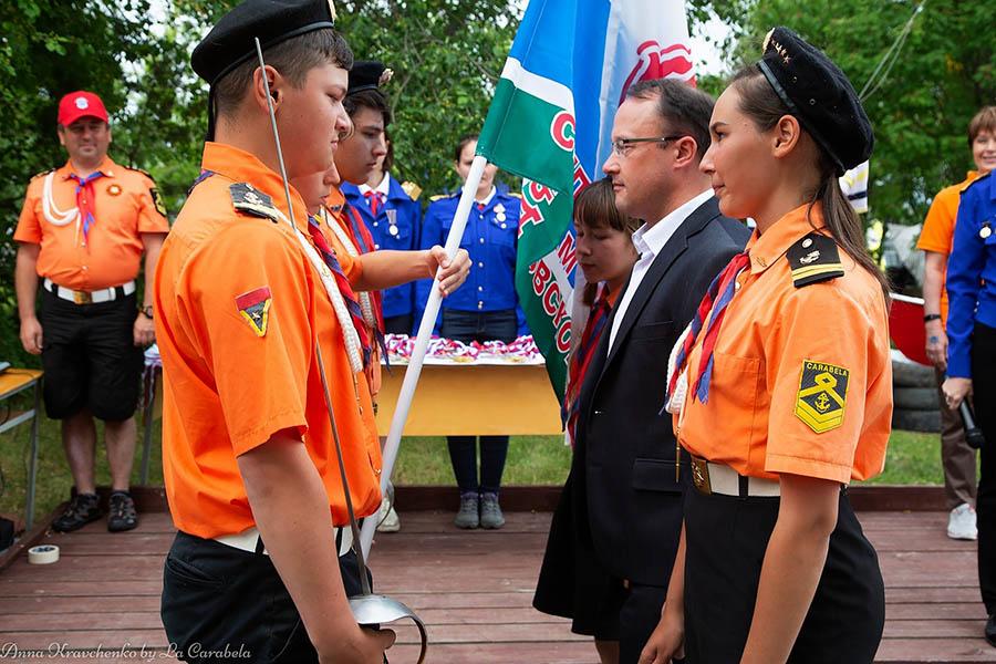 Торжественный момент передачи флага Департамента молодёжной политики его руководителю Олегу Гущину...