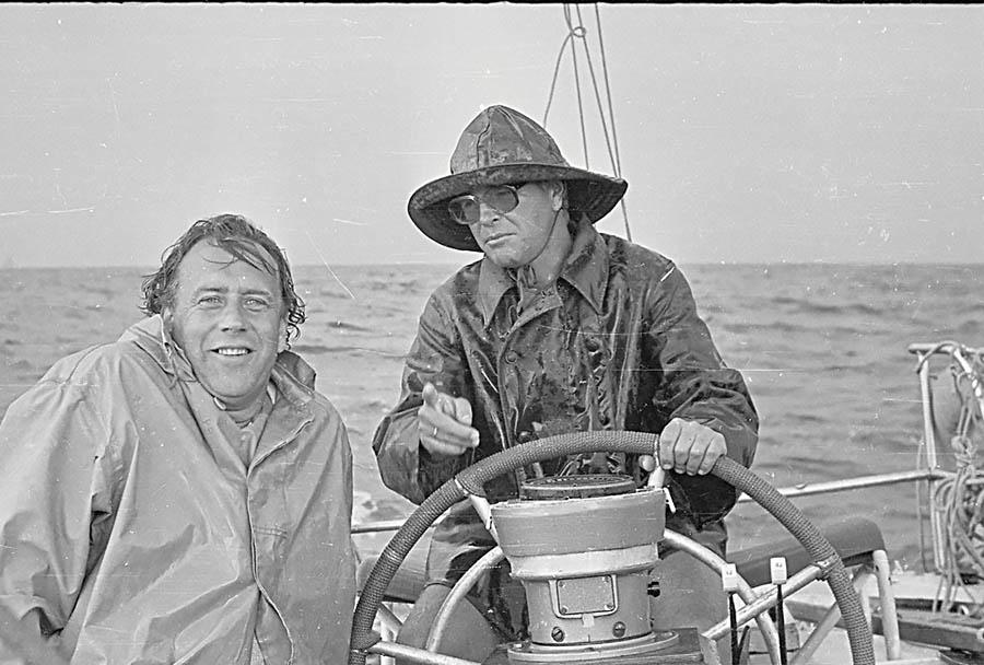 Владислав Крапивин и Олег Ветров у штурвала яхты «Фиолент» в 1982 году