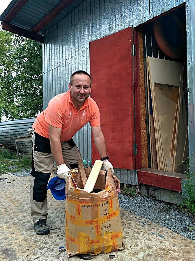 Андрей Копылов упорядочивает стройматериалы...