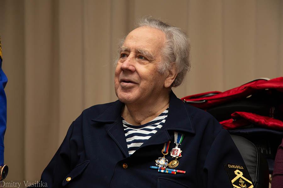 Владислав Крапивин приветствует гостей на своём юбилее