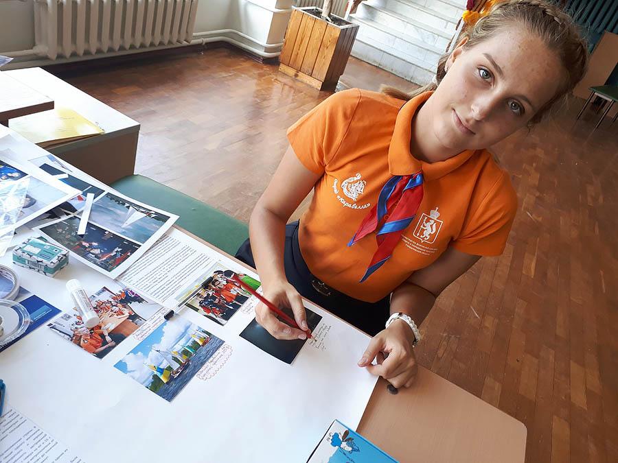 Настя Мещерякова готовит презентацию отряда на форуме