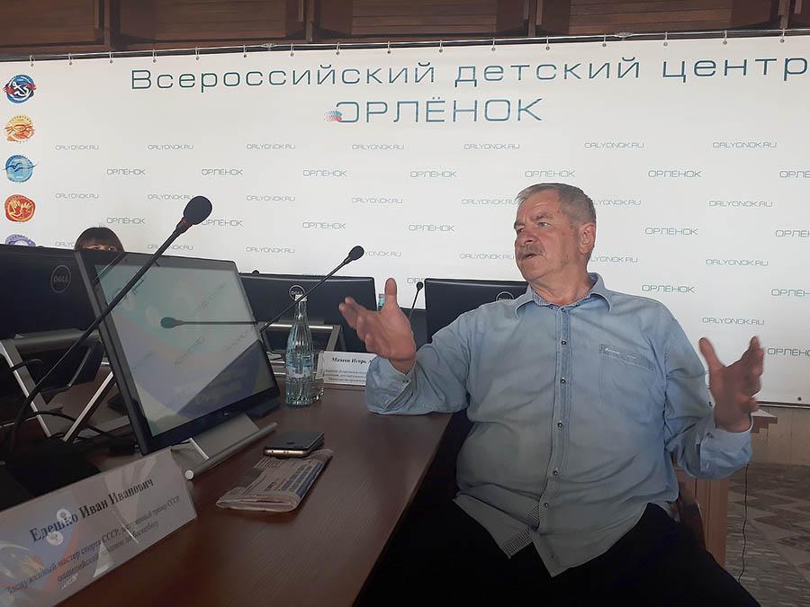Иван Едешко - чемпион олимпийских игр по баскетболу, прототип одного из героев фильма «Движение вверх», даёт интервью юным корреспондентам «Бумеранга»