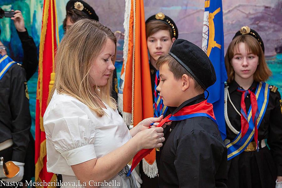 Выпускница отряда Екатерина Герасимова примает в отряд своего сына Максима
