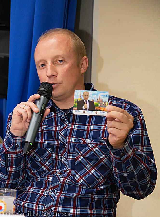 Александр Морозов демонстрирует «проездной билет» через блок-посты в Африке
