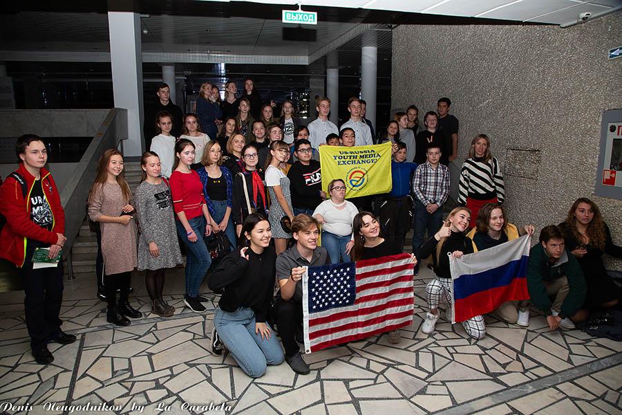 Общее фото участников международной встречи на мосту...