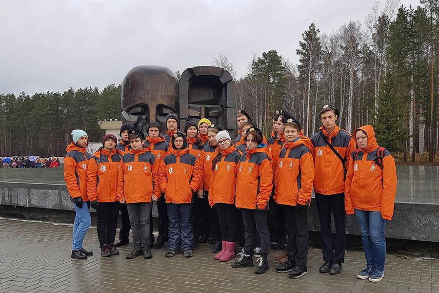 Волонтёры отряда «Каравелла» у памятника «Маска скорби»