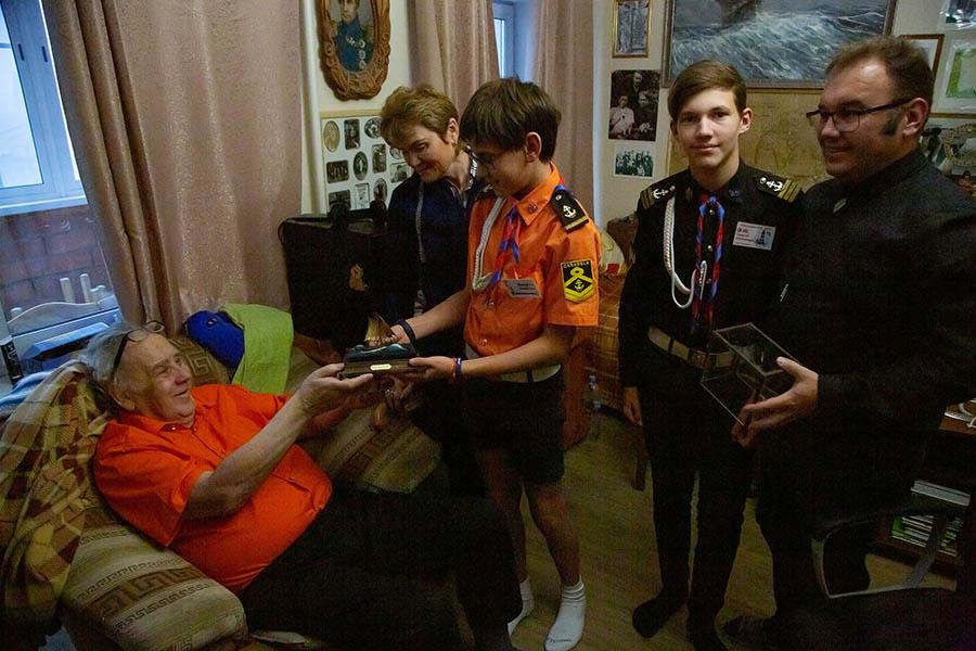 Волнительный момент вручения подарка Владиславу Крапивину