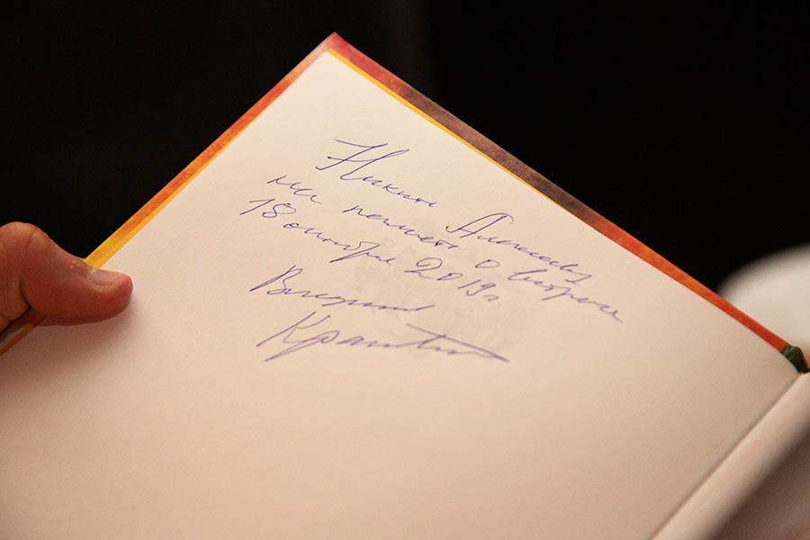 Памятная любому каравелльцу книга Крапивина с автографом автора
