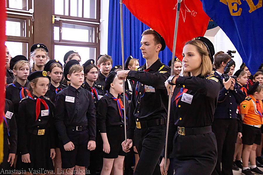 Саша и Настя стали частью гвардейской знамённой группы