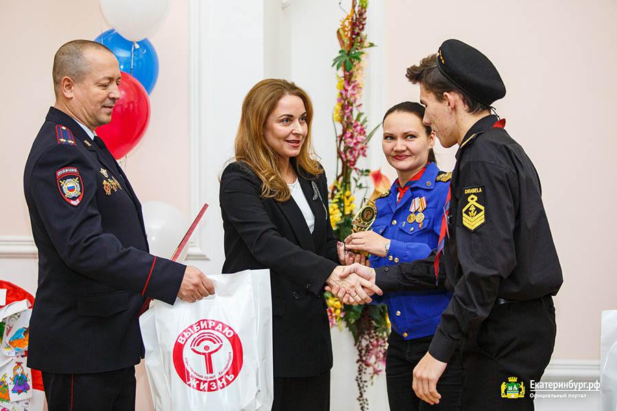 Маша и Дамир получают заслуженную награду