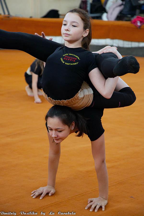 Гибкие девчонки из цирковой труппы